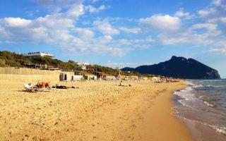 Пляжи рима: где спастись от летнего зноя